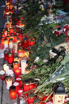 Viele Lichter und Blumen: Trauer um alle Opfer des IS-Terrors. Foto: Helga Karl Nov 2015