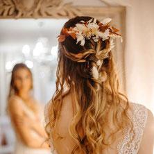 Cette image représente une couronne de fleurs créée par Créapop Events en tant que fleuriste de mariage sur toulouse