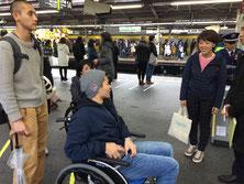 新宿駅のホームは広いが人も多い