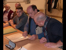 """Blättern in der Chronik: Der """"Concordia""""-Vorsitzende Rudolf Bülte (2. von rechts) und Dirigent Stephan Bülte (rechts).  Foto: H. Hußler"""