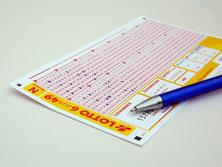 Lottoschein und ein Stift