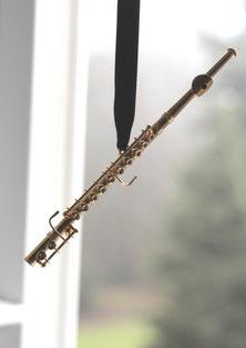 Miniaturquerflöte am schwarzen Seidenband