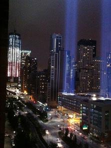 10周年の光のツインタワーとアメリカ国旗の三色でライトアップされたワン・ワールド・トレード・センター。ライトは屋上駐車場に設置されているのです。