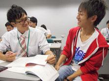 高校生と質問対応する先生