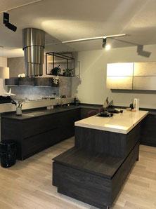cuisine intérieur design  toulouse bois et laque champagne ilot central avec plan de travail silestone effet marbre hotte cylindre