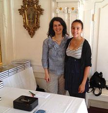 Nadine Harry-Check und Thalita Check beim Bücherverkauf. // Foto: A. Harry