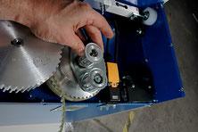 Vordehnung bis 300%: Ein Synchronriemen sorgt für eine optimale Vordehnung der Folie. Diese Form der Kraftübertragung ist sehr genau und laufruhig. Der Vordehngrad kann in kür- zester Zeit durch das Wechseln eines Zahnriemenrades geändert werden.