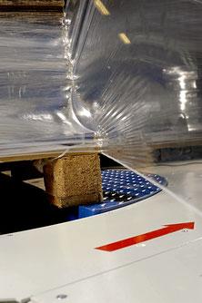 String-System (serienmäßig in der plus-Version): Bis zu 12 cm Folie werden zu einem festen String zusammengeschnürt, so kann ein optimaler Verbund vom Packgut zur Palette hergestellt werden.