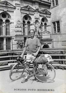 Roland Girtler mit Fahrrad im Heidelberger Schloss im August 1985.  In der hiesigen Gaststätte dürfte Max Weber während seines Studiums in Heidelberg zumindest ein Bier getrunken haben.
