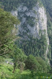 Les Granges Perry au débouché du Chemin de la Mâture : îlot perdu dans une immensité verticale ...