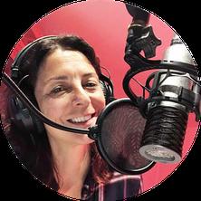 Porträtaufnahme von Stefanie Klemm: Lächelnd, braune schulterlange Haare, hellbraune Jacke, an Geländer lehnend, Stadtpanorama im Hintergrund