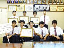 ロボット競技大会で全国(前列)、九州(後列)に派遣される生徒=10日午後、八商工