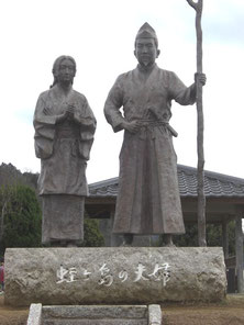 源頼朝(右)と北条政子の像。静岡県伊豆の国市の蛭ケ島公園