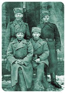 Алпан Итжанов боевой друг Героя Советского Союза Тулена Кабилова. Среди боевых друзей сидит слева.
