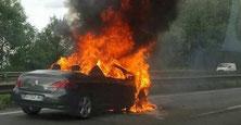 Voiture en feu, file de gauche d'une autoroute