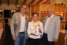 Siegerin Nettoklasse B Anita Essig mit Spielführer Michael Reiher (links) und Präsident Udo Rogotzki - © Golfclub Reutlingen-Sonnenbühl e.V.