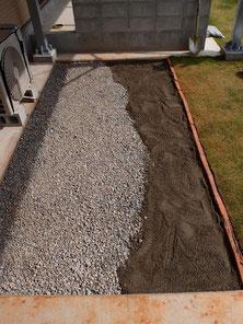 更に砂で覆う作業
