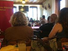 Julia Riegler bei einer Lesung in Haßfurt. Sie beschreibt die Lebenssituation des jungen Jamal in Syrien, wie sich dessen Leben verändert, als er aus Syrien übers Meer bis nach Deutschland flieht.
