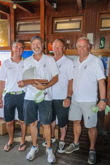 Lutz Gärtner (zweiter von links) mit seiner Crew erhält den Kressbronner Oberseepokal