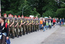 Militäreinheiten und zivile Teilnehmer und Gruppen marschieren gemeinsam