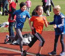 Packendes Duell im 800m-Lauf der U10: Noch führt Chiara Sommer vor Maja Cordes