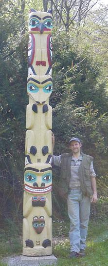 Matthias Fliegner zeigt mit der Kettensäge geschnitzte Eulenskulptur
