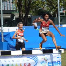 Elisabeth Henn beim Überqueren des Wassergrabens beim 2000m-Hindernislauf