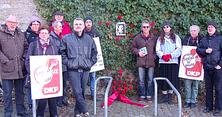 Teilnehmer legten ein Blumengebinde vor dem Bild Karl Liebknechts nieder und mit einem stillen Gedenken endete die Veranstaltung, an der auch Vertreter des Linken Bündnis Haßberge teilnahmen