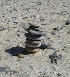 Ruhe Gelassenheit - Steinturm am Strand von Dänemark