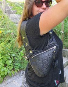 Schultertasche aus schwarzem Leder mit einer Pistolen Prägung