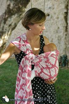 Amélie et son poupon factice en écharpe de portage