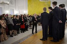 """Der """"Windsbacher Knabenchor"""" singt zum festlichen Neujahrsempfang; Bildmitte: LG des Bundespräsidenten, Daniele Schadt; rechts daneben: Stefanie Oeft-Geffarth"""