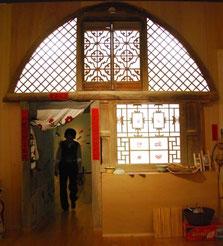 清代末期、百年以上前に建てられたヤオトンの木製ファザードです。