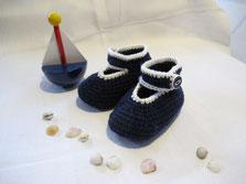 Babyschuhe im Marinestil