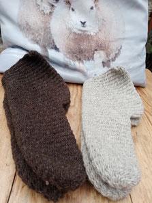 Nadelgebundene Socken aus verzwirntem Garn