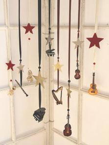 Unser gesamtes Miniatur-Orchester als Fensterschmuck