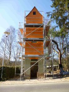 Der Goldbacher Trafoturm mit Anstrich