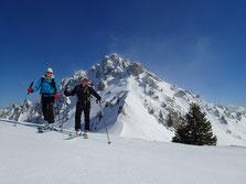 Bernadette et Christian vers le Col de Vesinaz. Au fond, la Pointe de Chalune