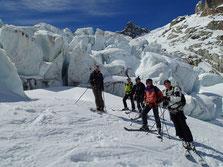 L'équipe se ballade au coeur du glacier