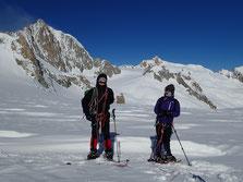 Raquettes aux pieds, Thibaut et Nadine pose devant Le Mt-Blanc du Tacul et l'Aig du Midi