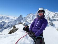 Nadine et Thibaut au sommet, 3535 m. Au fond L'Aig Noire de Peuterey et le Mt-Blanc
