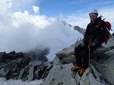 Assis au sommet, le Mt-Blanc et ses nuages