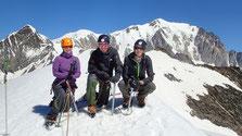 La belle équipe savoure ce magnifique sommet, sur fond de Mont-Blanc