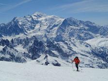 Gilles s'arrache dans les derniers mètres sous le sommet. Le Roi Mt-Blanc au fond