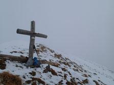 Les nuages enveloppent la croix sommitale