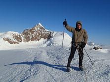 De bon matin, magré un vent glacial, Renzo est au sommet de la Pyramide Vincent. Derrière lui, le superbe Lyskaamm
