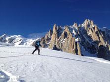 Sous le sommet du Mont-Blanc, Audrey se balade au soleil sur le Glacier du Géant