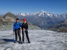Mathilde et Marc prennent pied sur le Glacier du Ruitor, sur fond de Massif du Mont-Blanc.