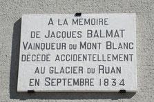 La plaque en l'honneur de Jacques Balmat, posée au mur de La Maison de La Montagne