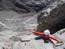 Juliette tout sourire dans les derniers mètres avant le sommet. Longueur 8, majeure, 6b